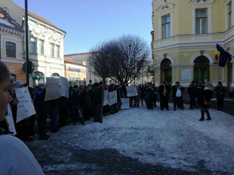 Iskolájukért tüntettek