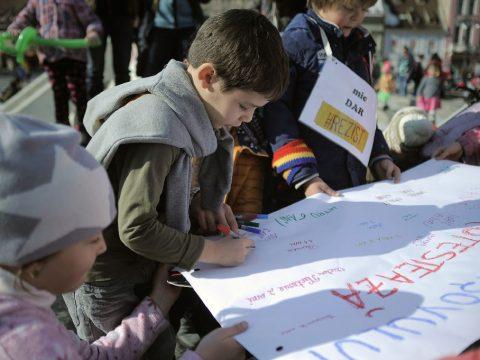 Bírság a gyermekeikkel tüntető szülőknek