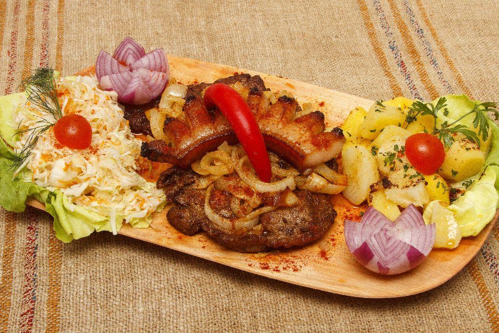Karcsi csárdája házias, bőséges, megfizethető, igazi magyaros csárda-ételeket kínál, élen a cigánypecsenyével
