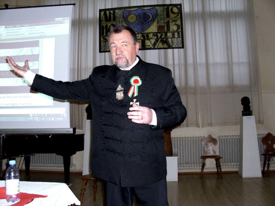 Dr. Szekeres Attila István heraldikus: a magyar zászló piros–fehér-zöld színösszetétele 1848-ban vált hivatalossá