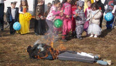 Bábuégetés az iskolaudvaron