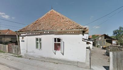 Lebontanak egy régi faházat