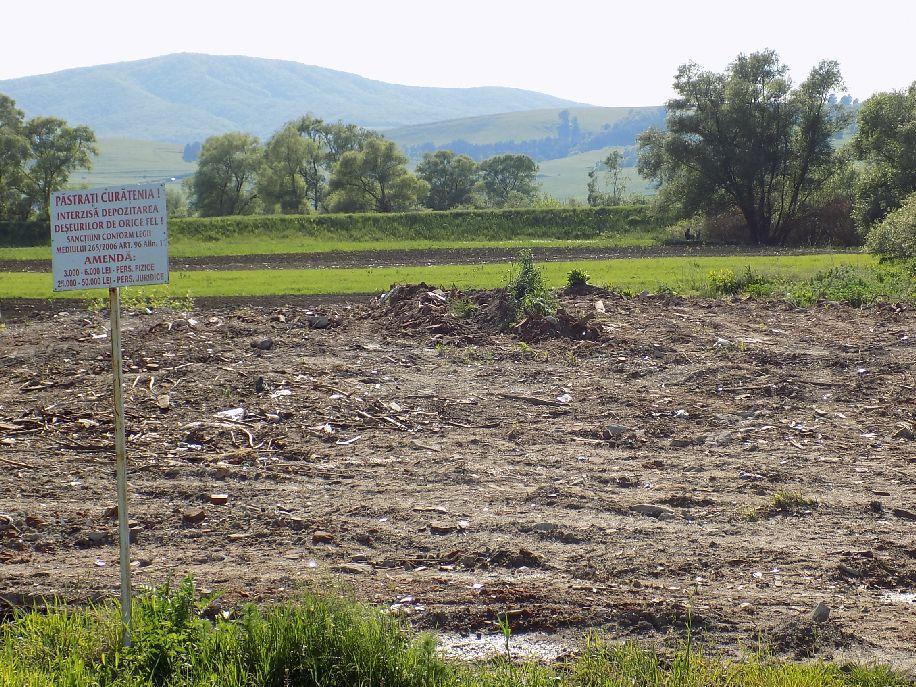 """Háztartási szeméttel """"dúsított"""" törmelék-lerakóhely Köpec és Miklósvár között"""