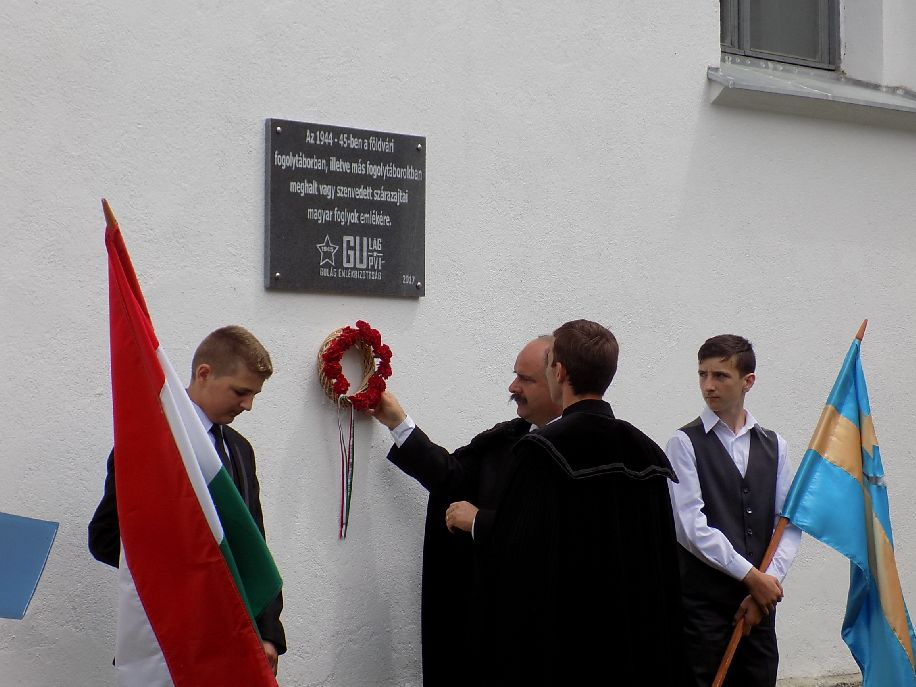Most már a szárazajtai templom falán is tábla emlékeztet a volt hadifoglyokra, internáltakra, azokra is, akik ott vesztették életüket