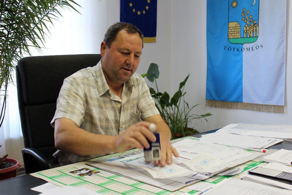 Dimény Zoltán polgármester. Jellegzetes berecki parasztházakat mentenének meg