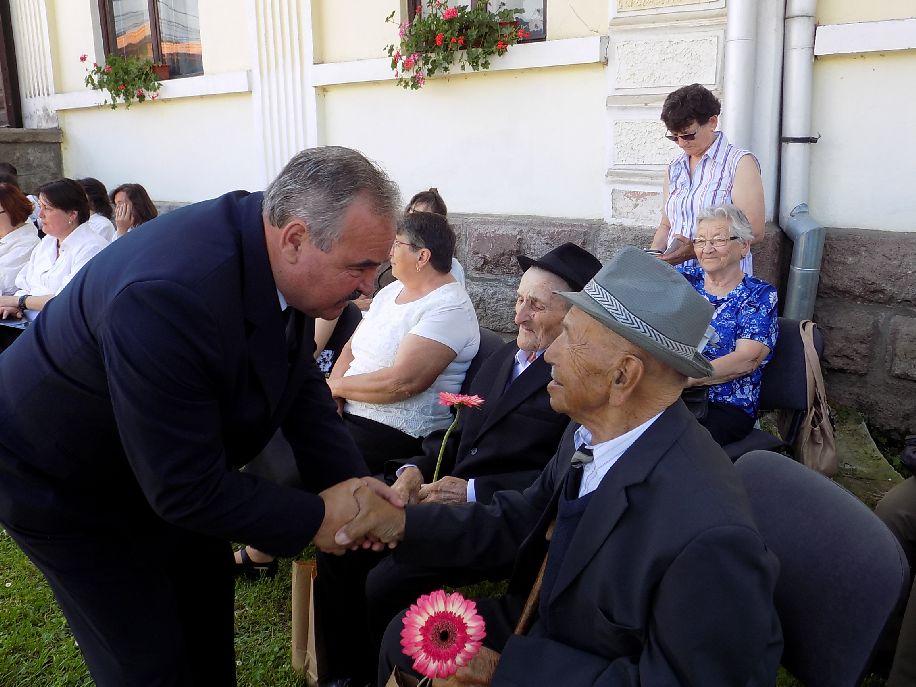 Simon András polgármester kezet fog a veteránokkal