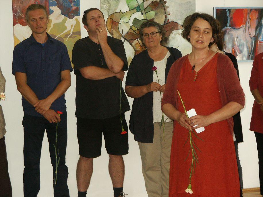 Tomos Tünde, az idei tárlat művészeti vezetője bemutatta a táborban résztvevő huszonöt művészt