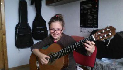 Tehetséges gitáros lány