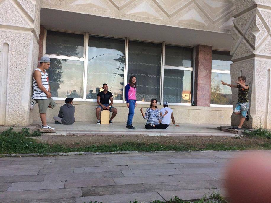 Néhány önkéntes-jelölt a szentgyörgyi kultúrház előtt. Példátlan akció