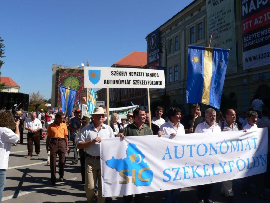 Autonómiatüntetés, középen Kulcsár-Terza és Izsák Balázs. Most nincsenek egymás mellett