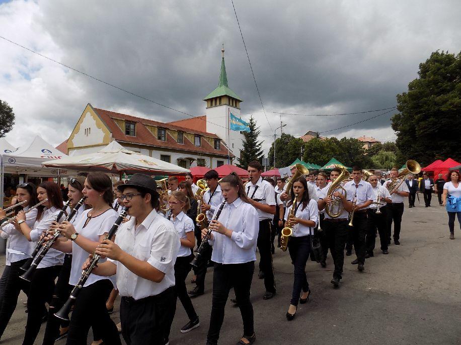 A Csala Kürtje zenekar vezette a városnapi felvonulást
