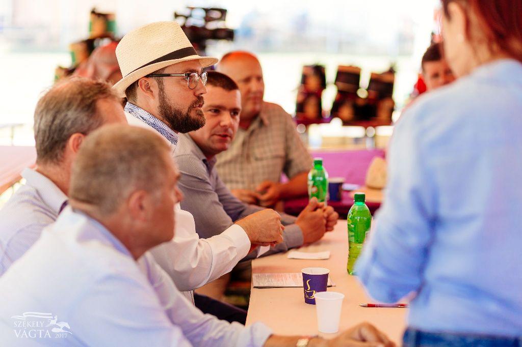 A versenyzőnek kutyakötelessége meghallgatni a biztonsági előírásokat, mondta Bendes Csaba (középen)