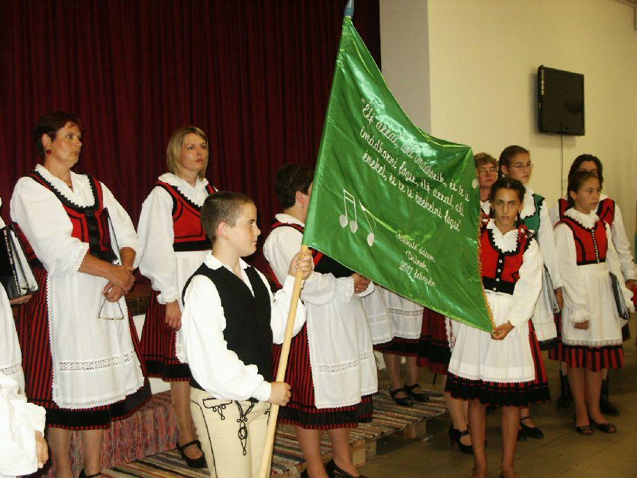 A zászló a Harmónia Kórus egységének jelképe