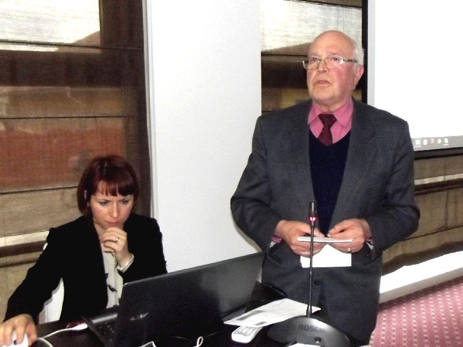 Szűcs Papp Zsuzsa, a kovásznai kulturális központ munkatársa és dr. Balázs Lajos előadás közben