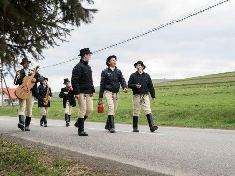 Az erdélyi fiatalok fele elmenne