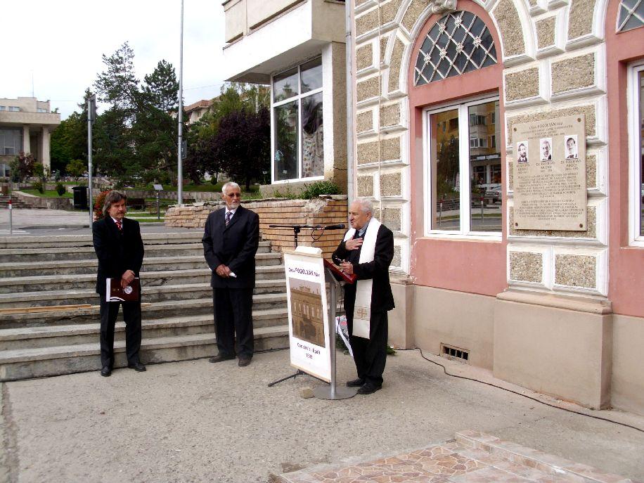 Ft. Berszán Lajos kanonok életének megmentőjére, dr. Fogolyán Kristófra emlékezik. Szotyori Nagy Áron középen, mellette Okos Márton