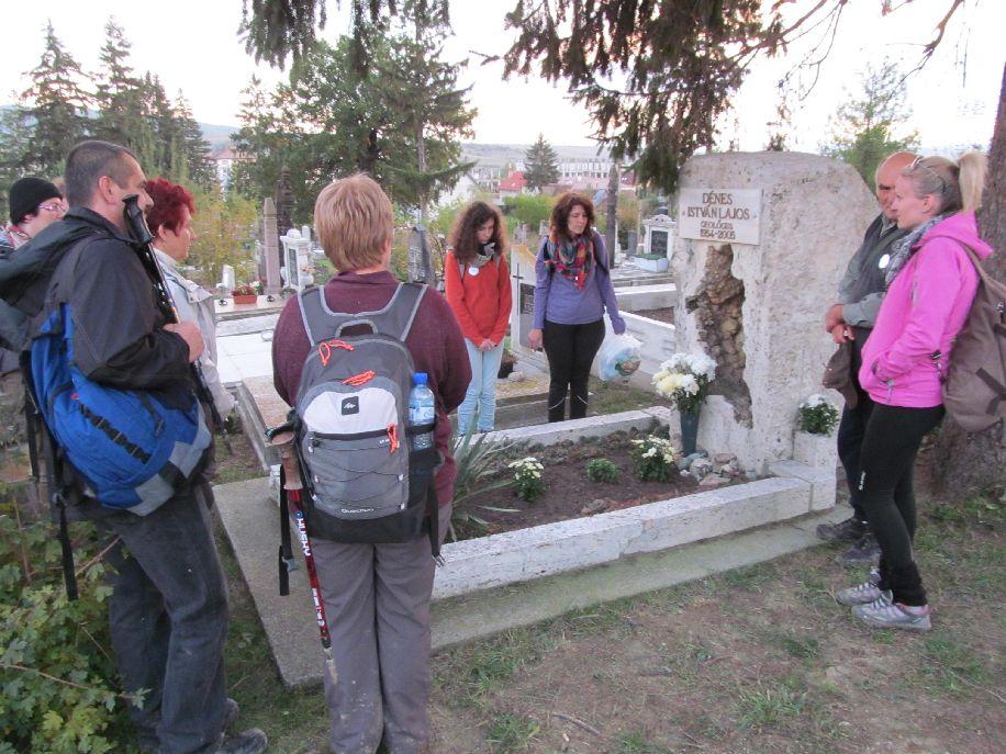 Egy korábbi megemlékezés Dénes István sírjánál, a baróti temetőben