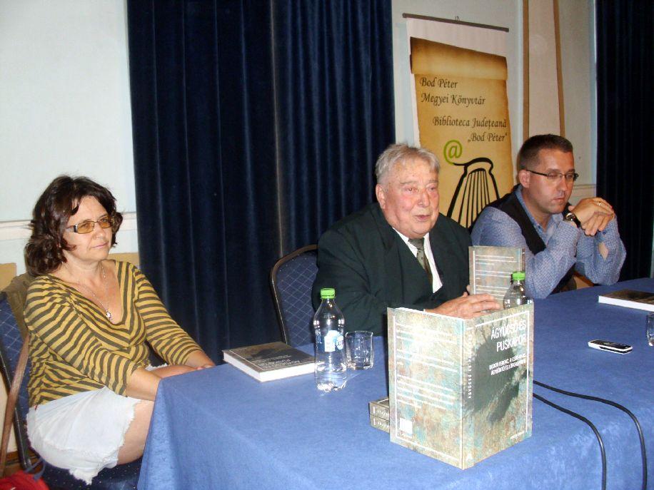 Gálfalvi Ágnes szerkesztő, dr. Pál-Antal Sándor történész és dr. Süli Attila hadtörténész a könyvbemutatón
