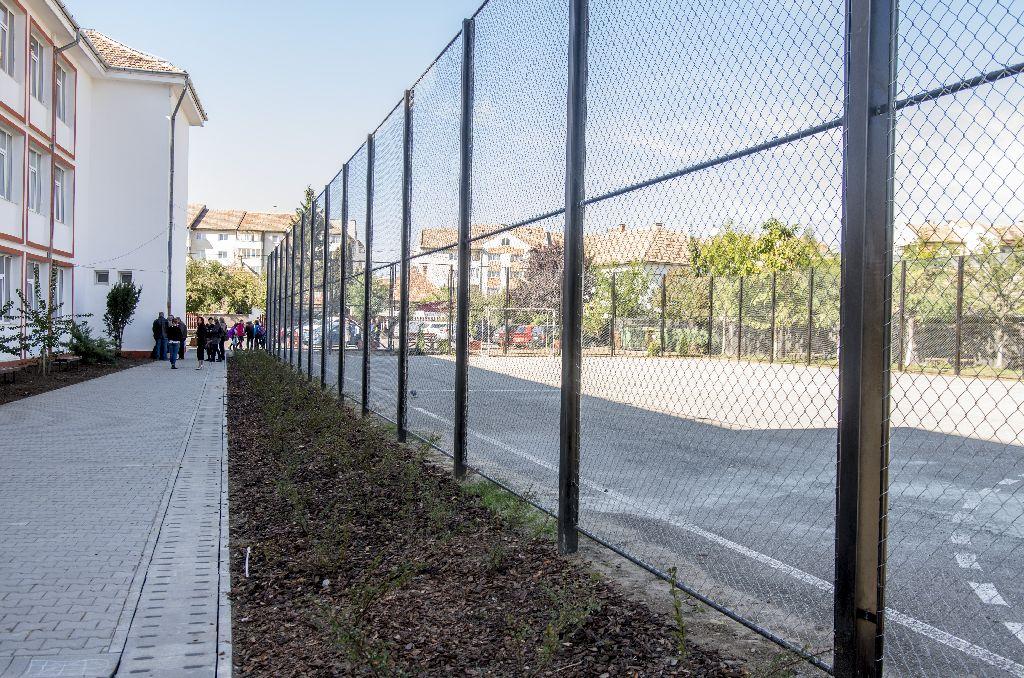Egy 21. századi iskola. Védőhálós sportpálya, zöldövezet, esőelvezető és biciklitartók Fotó: Tofán Levente