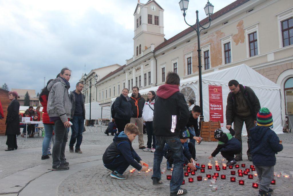 Nagyon sokan kisgyerekükkel jöttek el mécsest gyújtani a rászorulókért