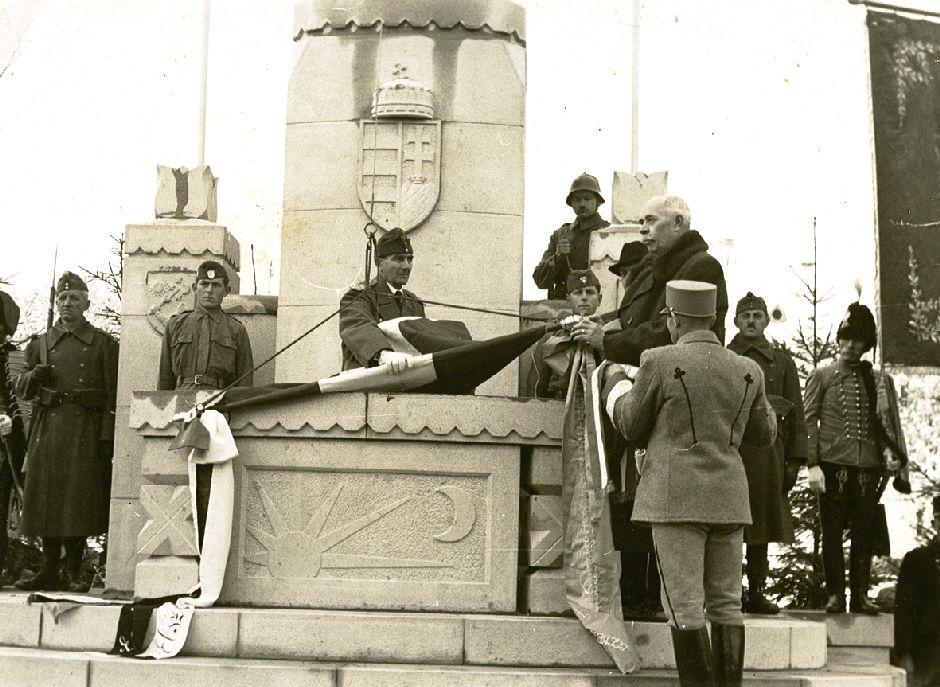 Az ország zászlójának ünnepélyes felvonása Sepsiszentgyörgyön, 1942. november 15-én.