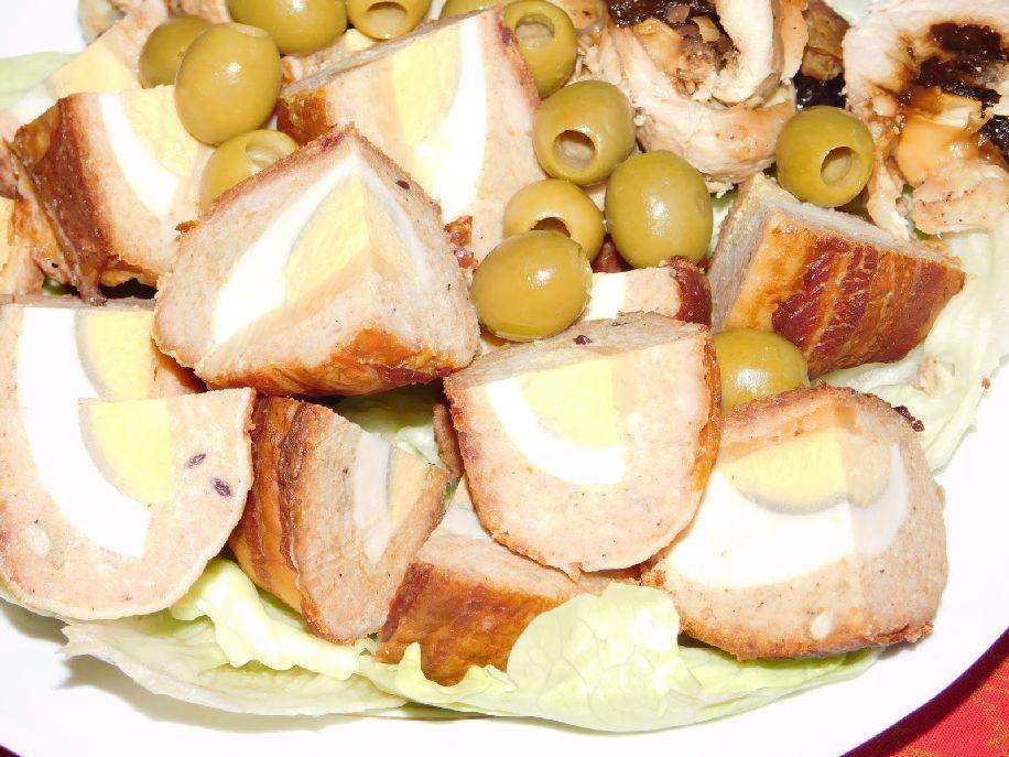 Császárszalonnába tekert, sajttal-tojással töltött fasírt