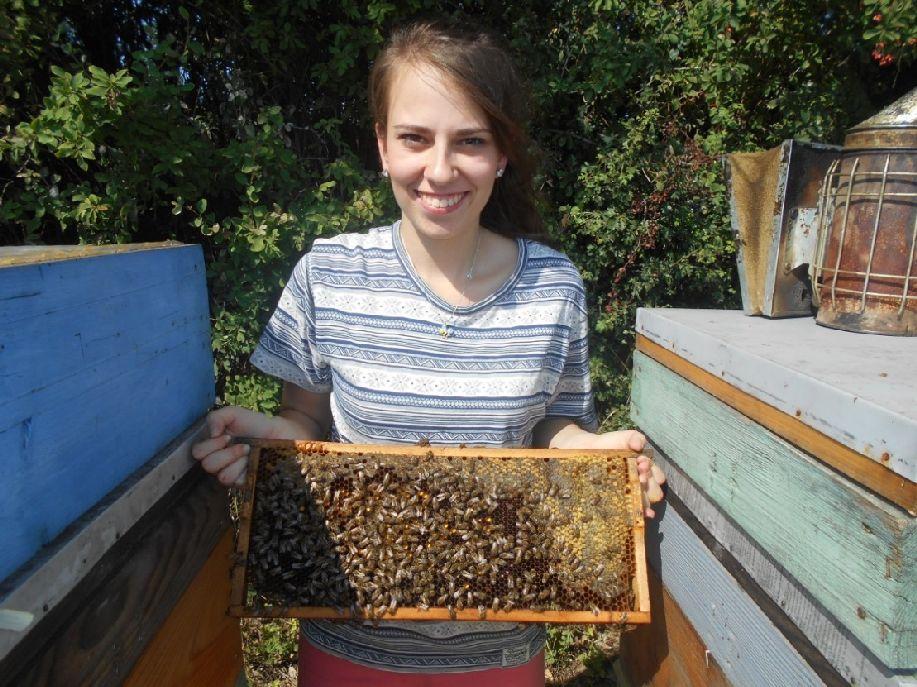 Balla Nóra a méhészkedéshez is ért. Sepsiszentgyörgyön a mézzel kapcsolatos marketingfogásokról beszélt