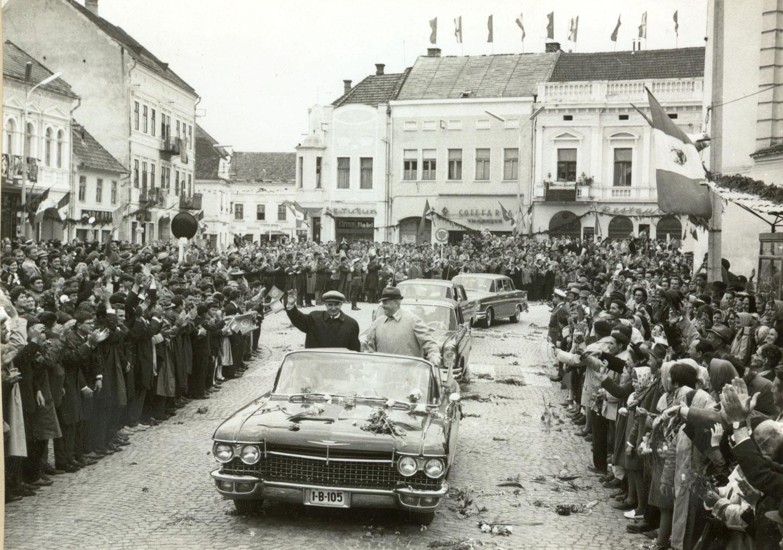 Ceaușescut éljenzik Kézdivásárhelyen 1967 júniusában. Egy évvel később ő vette el azt, amit ma, a 21. század demokráciájában is hiába kérünk (Fotó: fototeca.iiccr.ro)