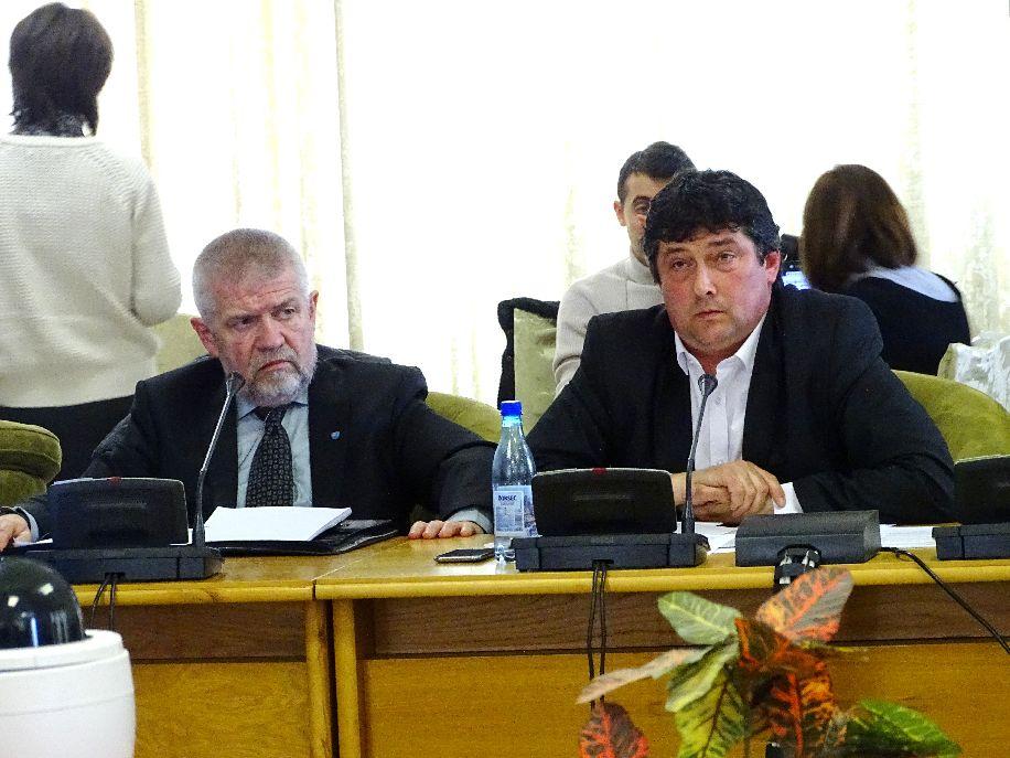 Izsák Balázs (balról) Kulcsár-Terza képviselő meghívására vehetett részt a bizottsági ülésen, ahol szót is kapott