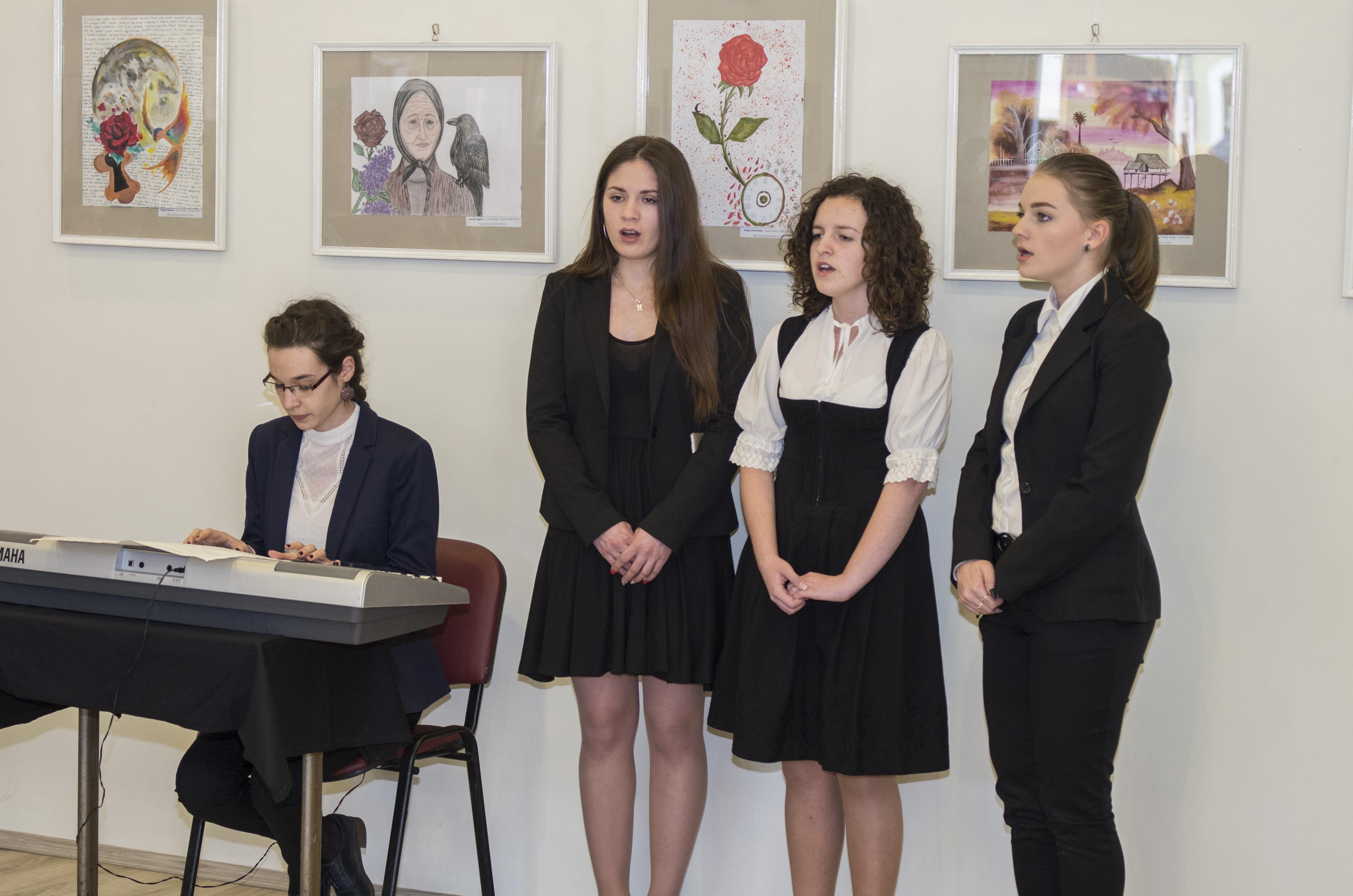 Diákok műsora a május 5-ig látogatható tárlat megnyitóján