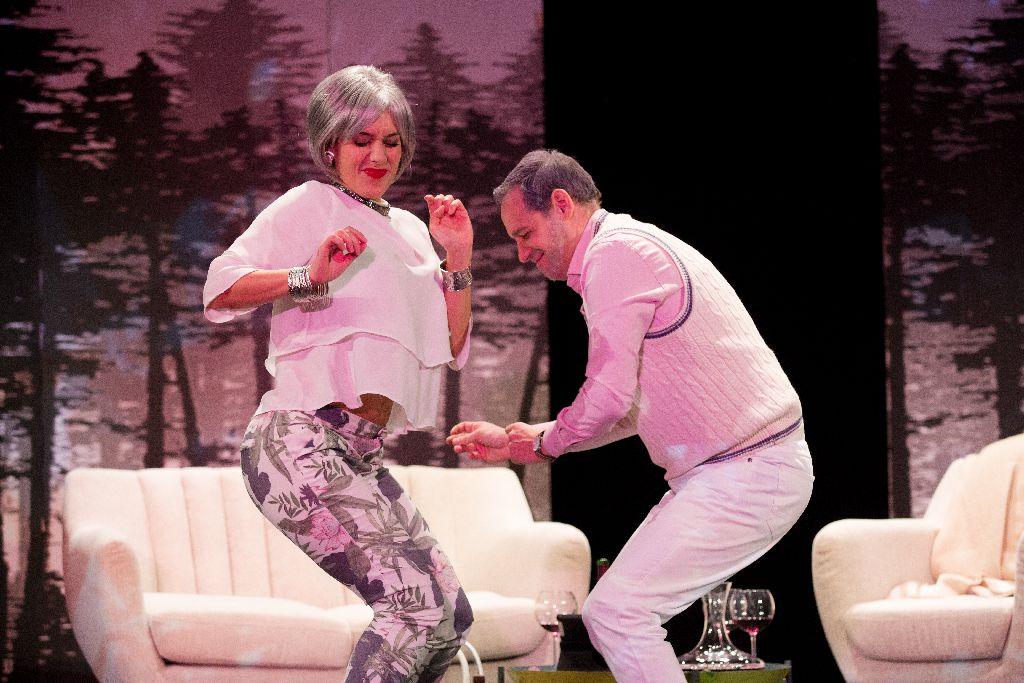 A Love, love, love a Szent György Napok alatt április 24-én 17 órától és 20.30-tól tekinthető meg a Tamási Áron Színházban. Jegyár: 40 lej (nyugdíjasoknak és diákoknak 20 lej)