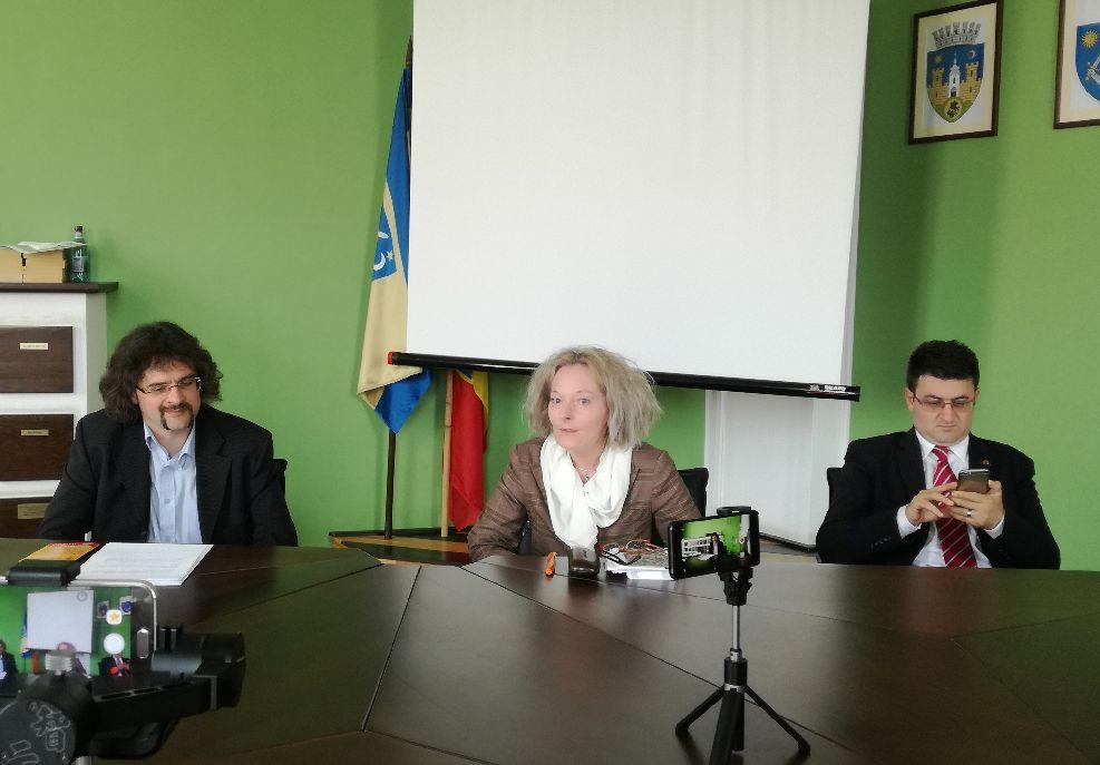 Szonda Szabolcs könyvtárigazgató, Nagy Krisztina, az ERSZI vezetője és Joós Stefan, a Sun Travel iroda vezetője jó hírekkel szolgált