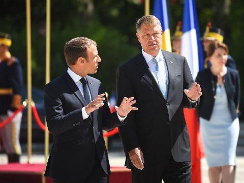 Macron vállveregetése