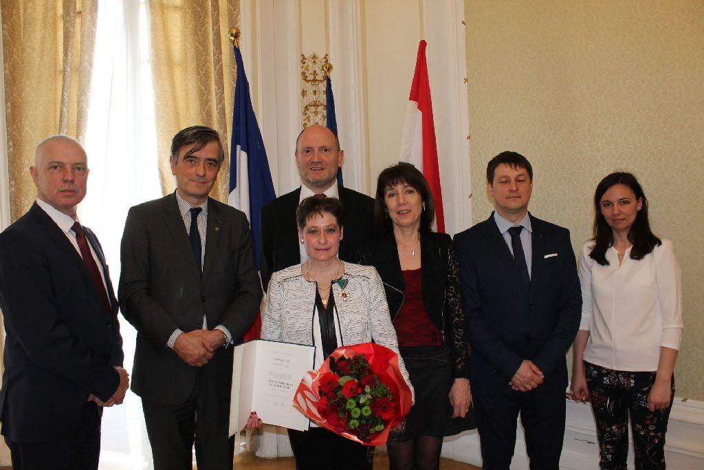 Szabó Kati zágoni tornászcsillag (balról) a párizsi nagykövetségen április 11-én