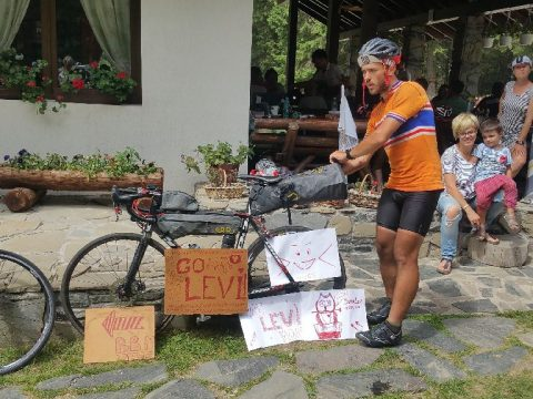 1700 kilométer úttalan utakon