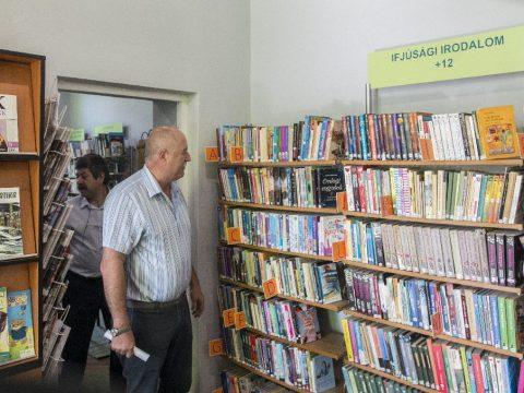 Tanácsülés könyvek között