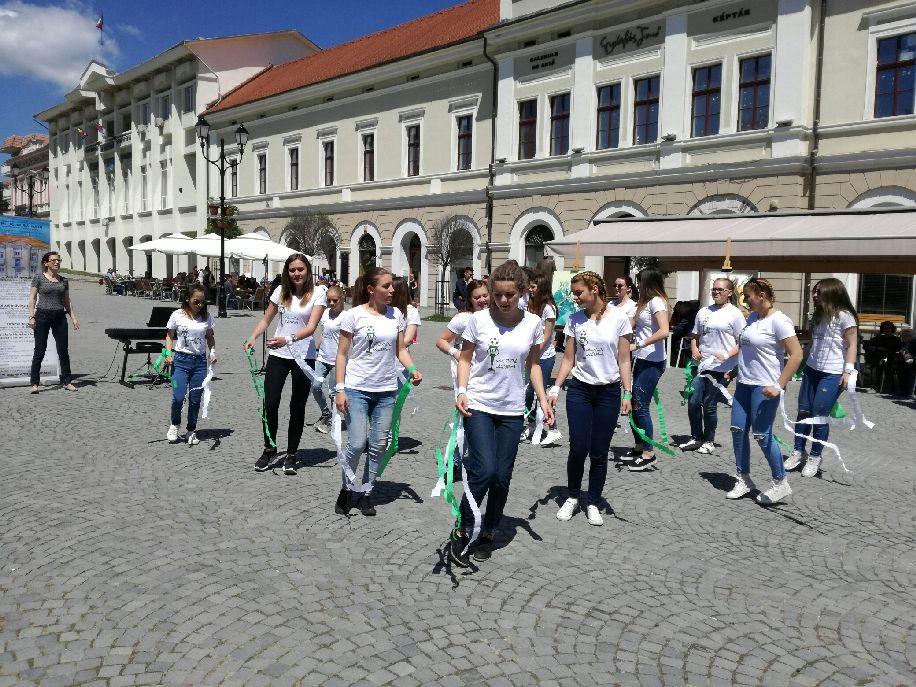 A diákélethez hozzátartozik az iskolán kívüli tevékenység is, tehát szakköreiket is reklámozzák a tanintézmények