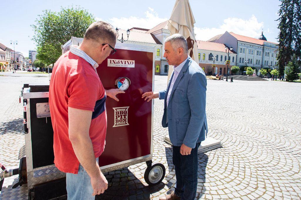 Debreczi Zsombor Tamás Sándornak mutatja be az egyik speciális sütőgépet Fotó: Kocsis B. János