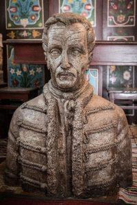 A mellszobrot a marosvásárhelyi Miholcsa József szobrászművész készítette
