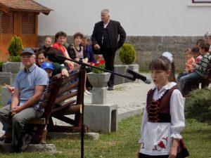 A legfiatalabbak is készültek a volt honvédek köszöntésére: Kusztos Tímea II. osztályos diáklány énekel