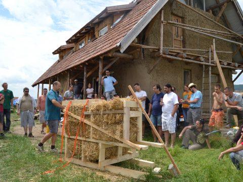 Szalmabálaház-építők