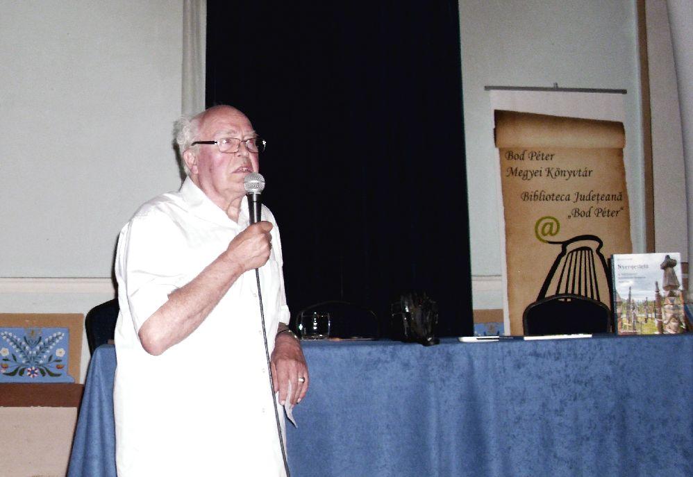 Dr. Balázs Lajos a Nyergestetőn található emlékhelyen végzett kutatásainak eredményeit osztja meg a hallgatósággal
