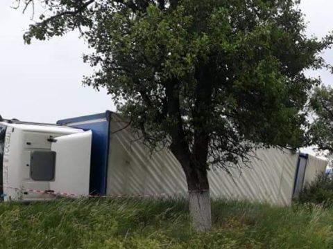 A szél kamiont borított