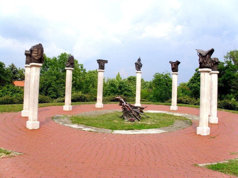 Az aradi vértanú tábornokok emlékműve a vár közelében