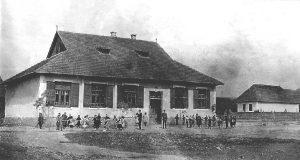 A felekezeti iskola és művelődési ház képe 1935-ből