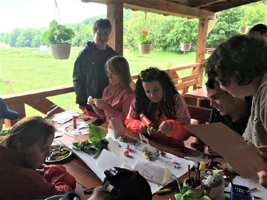Alkotó munkával és játékkal, tanulással telik az idő a táborban