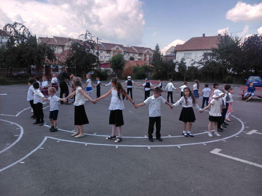 A tanult tánclépéseket a szülőknek is bemutatták a kisdiákok