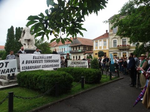 Kétszázan tüntettek