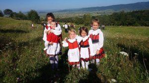 Ilyen egy szép székely család. Zsigmond Miklós és Izabella egy-, három-, öt-, hét- és kilencéves lánygyermekei