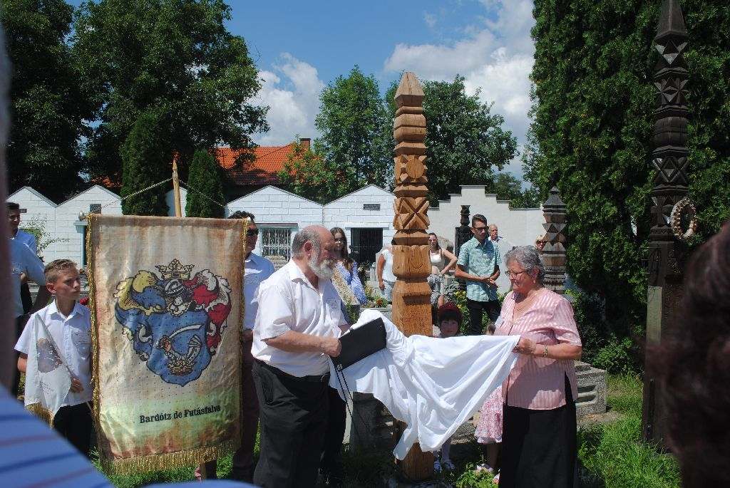 Az emlékművet Beke Ernő és Balázsné Bardocz Katalin, a világtalálkozó ötletgazdája leplezte le Fotó: Iochom István